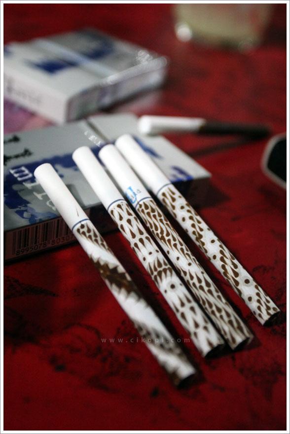 kaskus-forum.blogspot.com - kreatif bngt gan kopi bisa buat melukis rokok.....