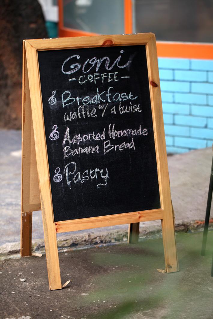 Goni Coffee buka setiap hari selama satu minggu penuh. Mulai melayani pengunjung dari jam 7 pagi hingga 5 sore.
